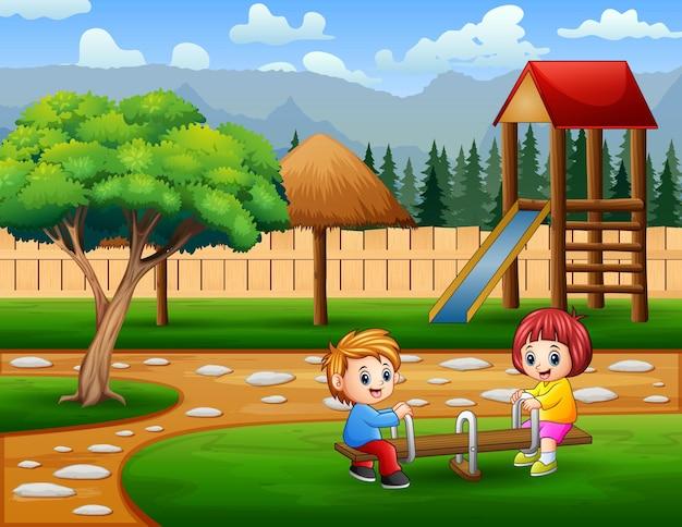 Glücklicher süßer junge und mädchen spielen wippe