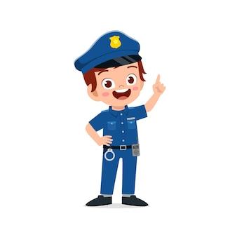 Glücklicher süßer kleiner junge, der polizeiuniform trägt