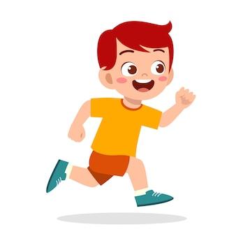 Glücklicher süßer kleiner junge, der so schnell läuft