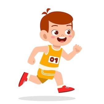 Glücklicher süßer kleiner junge läuft im marathonspiel