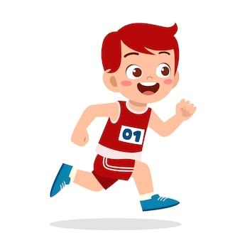 Glücklicher süßer kleiner junge läuft im marathonspielmarathon