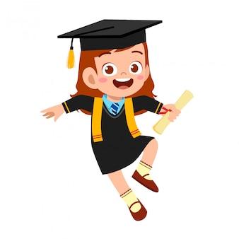 Glücklicher süßer kleiner kinderjunge graduiert von der schule