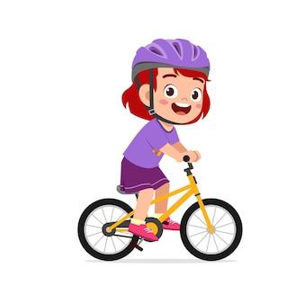 Glücklicher süßer kleiner mädchenjunge, der fahrrad fährt