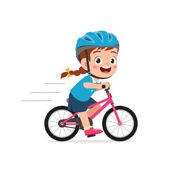 Glücklicher süßer kleiner mädchenjunge, der fahrrad reitet