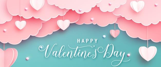 Glücklicher valentinstag-begrüßungsbanner im realistischen papierschnittstil. papierherzen, wolken und perlen an schnur. kalligraphietext