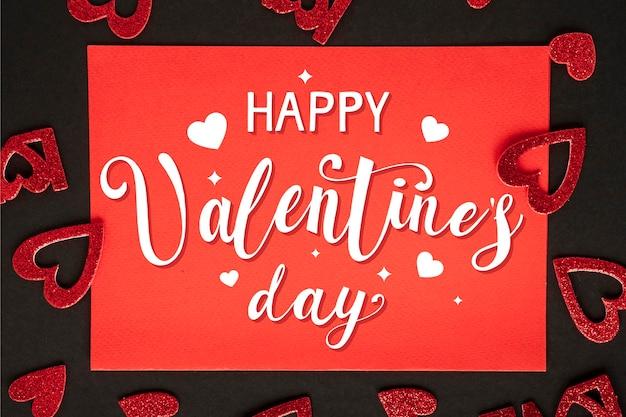 Glücklicher valentinstag schriftzug mit herzen