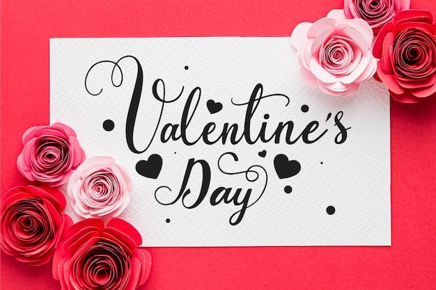 Glücklicher valentinstag schriftzug mit rosen