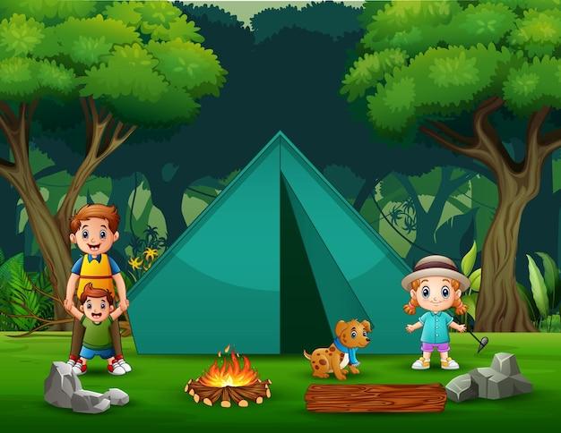 Glücklicher vater und kinder, die in der waldillustration campen
