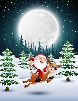 Glücklicher weihnachtsmann, der ein ren auf einen schneebedeckten garten reitet