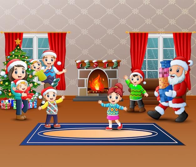 Glücklicher weihnachtsmann, halten geschenke, um eine familie zu geben
