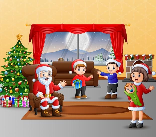 Glücklicher weihnachtsmann und die familienfeier ein weihnachten