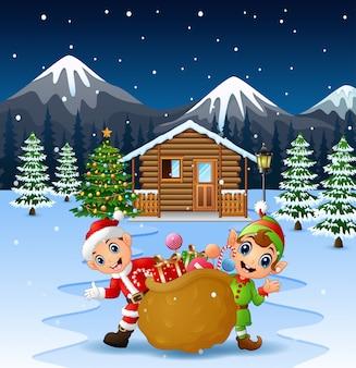 Glücklicher weihnachtsmann und elf, die einen großen sack halten