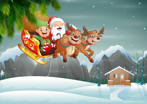 Glücklicher weihnachtsmann und elfe, die seinen pferdeschlitten am winterschnee reitet