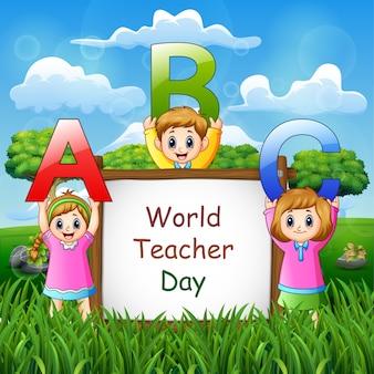 Glücklicher weltlehrertag auf zeichen mit kindern, die abc-brief halten
