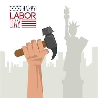 Glücklicher werktag mit der hand, die hammer und freiheitsstatuen hält