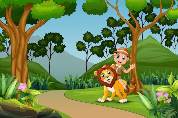 Glücklicher zookeeper-mann mit einem löwen im dschungel