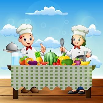 Glücklicher zwei koch, der gesunde lebensmittel zubereitet