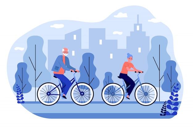 Glückliches älteres paar, das fahrräder reitet