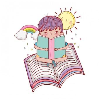 Glückliches buch des kleinen jungen lese mit regenbogen