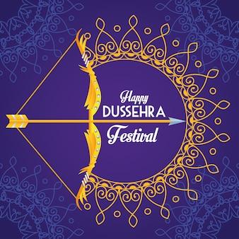 Glückliches dussehra festivalplakat mit bogen und mandalas im lila hintergrund