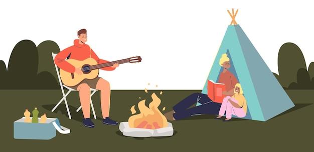 Glückliches familiencamping zusammen: eltern und kinder sitzen draußen am lagerfeuer und im zelt. vater, mutter und tochter reisen zum camp in der natur. flache vektorillustration der karikatur