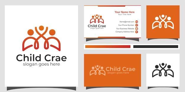 Glückliches familienpflegelogo. glückliche familienbeziehung mit kindern einfaches logo-design mit visitenkarte