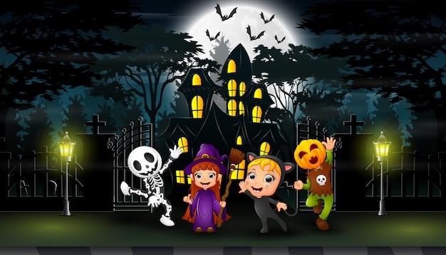 Glückliches halloween feiern vor dem hounted haus