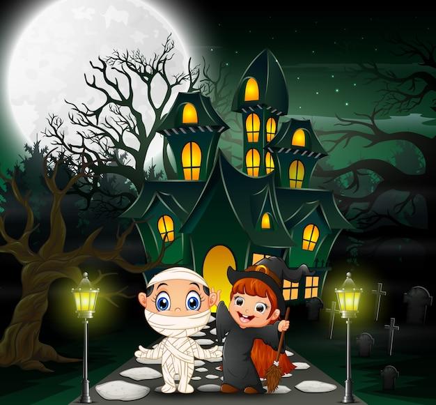 Glückliches halloween vor dem geisterhaus