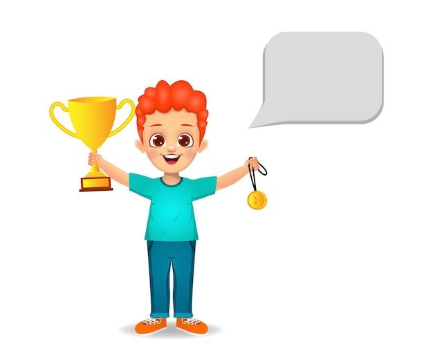 Glückliches jungenkind mit trophäenbecher und medaille