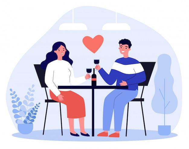 Glückliches junges paar, das im restaurant am valentinstag datiert