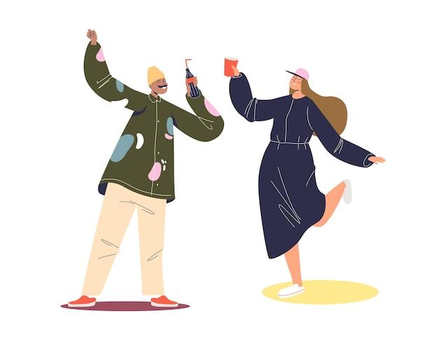 Glückliches junges paar hipster tanzen und trinken. mann und frau feiern feiertagsereignis oder haben spaß auf der party, im verein.
