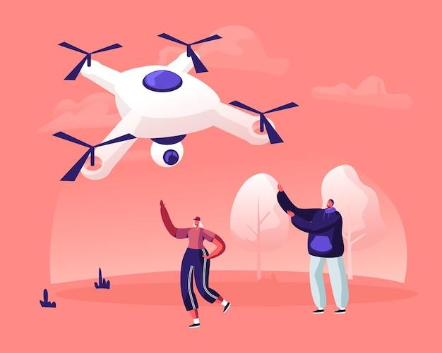 Glückliches junges paar von mann und frau, die hände winken, um in der himmelsdrohne mit videokamera zu fliegen. karikatur flache illustration