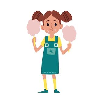 Glückliches kind, das zuckerwatte isst, niedliches karikaturmädchenkind, das zwei stangen zuckerwatte hält und es mit lächeln auf ihrem gesicht kaut.