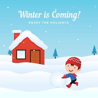Glückliches kind genießen, den schneeball zu spielen, der schneemann vor schneebedecktem haus in der wintersaison macht