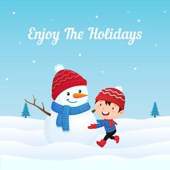 Glückliches kind genießen, großen gekleideten schneemann im winter zu machen