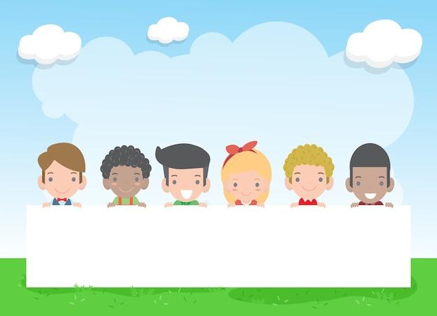 Glückliches kindertageshintergrundplakat mit glücklichen kindern, die zeichen halten, kinder, die hinter plakat gucken, vektorillustration