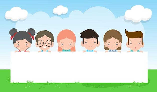 Glückliches kindertageshintergrundplakat mit glücklichen kindern, die zeichen halten, kinder, die hinter plakat gucken