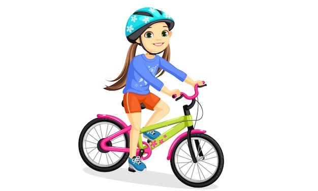 Glückliches kleines mädchen im helm, das fahrrad reitet