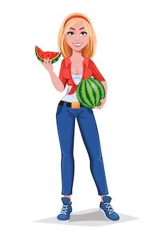 Glückliches lächelndes bauernmädchen, das wassermelone hält