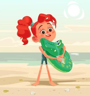 Glückliches lächelndes kleines mädchenkindcharakter-maskottchen am strand. karikatur