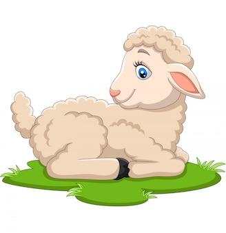 Glückliches lamm der karikatur, das auf dem gras sitzt