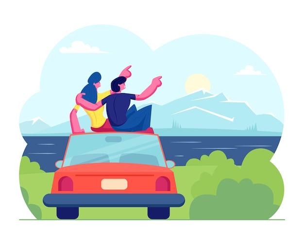 Glückliches liebendes paar reisen zusammen. mann und frau sitzen auf dem dach des autos, das sonnenuntergang oder sonnenaufgang an der seelandschafts-landschaftsansicht umarmt und betrachtet. karikatur flache illustration