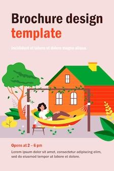Glückliches mädchen, das im hinterhof entspannt, in der hängematte liegt und buch liest. illustration für freizeit, sommerferien, hausgartenkonzept