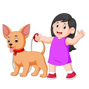 Glückliches mädchen, das mit ihrem hund geht