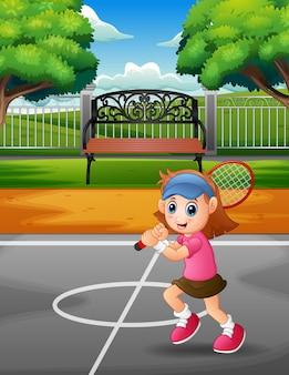 Glückliches mädchen, das tennis an den gerichten spielt