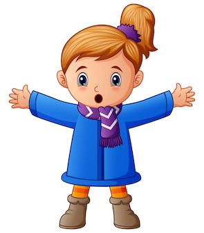 Glückliches mädchen in der blauen winterkleidung
