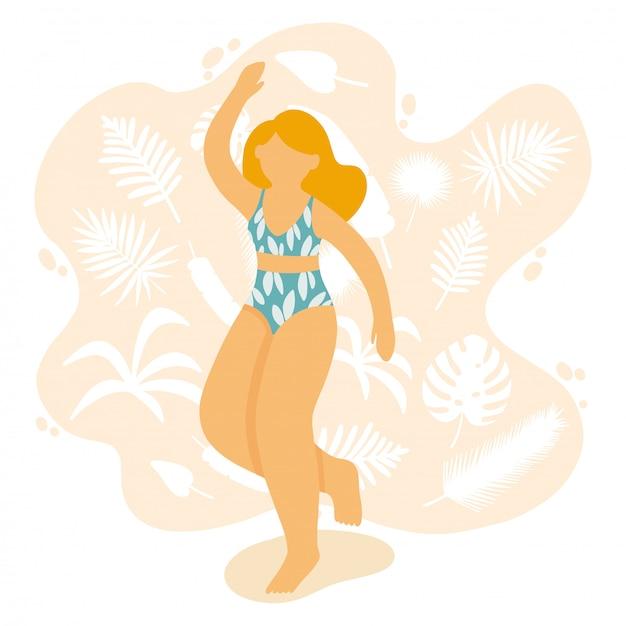 Glückliches mädchentanzen in einem badeanzug. schöne dame am strand, umgeben von tropischen blättern