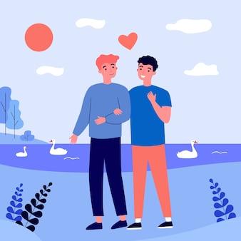 Glückliches männliches schwules paar, das draußen datiert