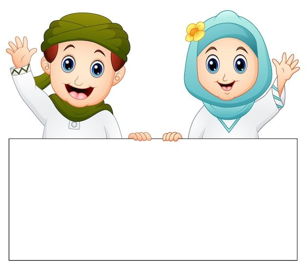 Glückliches moslemisches kind, das leeres zeichen hält und hand wellenartig bewegt