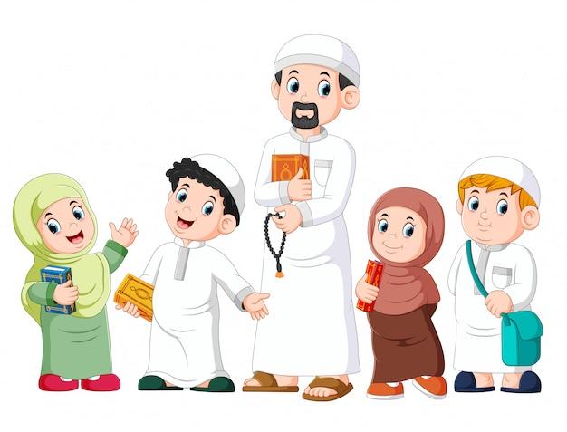 Glückliches moslemisches kind, das mit dem halten des heiligen quran darstellt